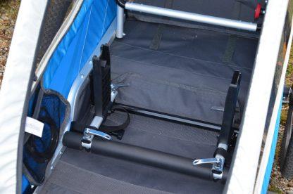 Zamocowany w przyczepce rowerowej adapter do fotelika