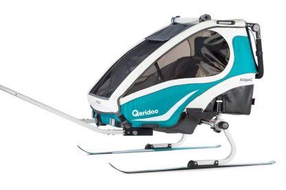 Zestaw narciarski zamocowany do przyczepki rowerowej Qeridoo